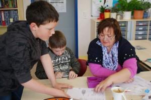 Frau Kramer beim Projekt Perlentiere während der Projektwoche