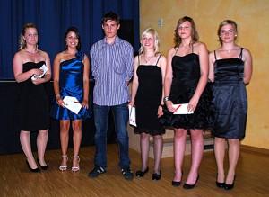 Die Klassenbesten freuen sich über die Auszeichnungen