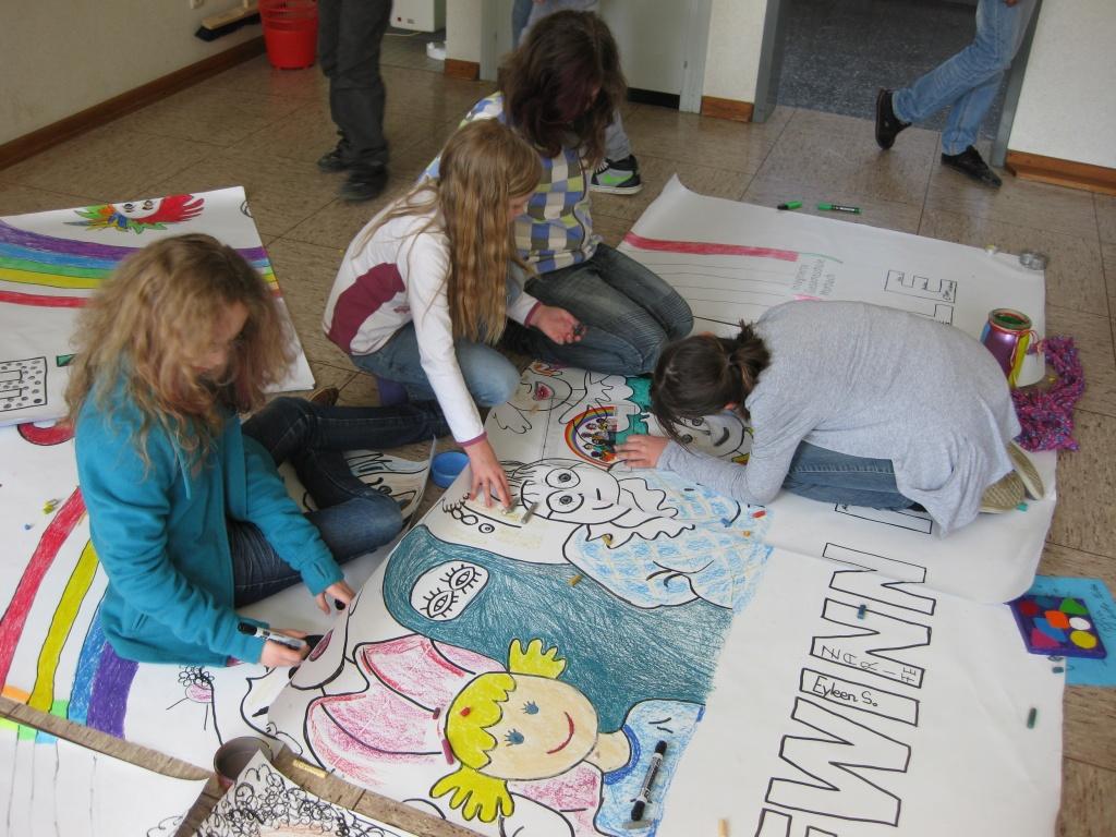 SchülerInnen malen Plakate
