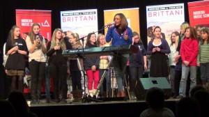 Brittani singt mit Schülern