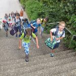 Die neuen Fünftklässler - gespannt auf dem Weg von der Begrüßungsfeier in der Baldenauhalle zu ihren Klassenräumen
